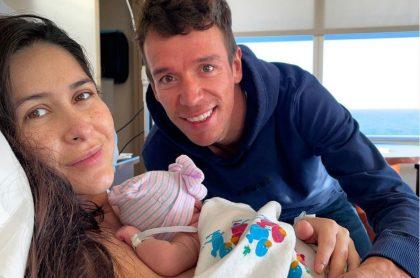 Rigoberto Urán, su esposa y su hija recién nacida.