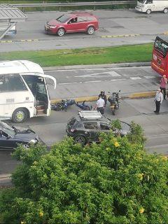 Imagen del accidente de un motociclista en la autopista Norte en Bogotá, siniestro que desató monumental trancón