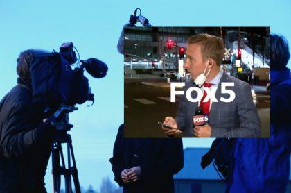 Periodista rodeado de cámara y micrófono, más captura de pantalla de periodista mantiene la calma en vivo, a pesar de que estalla tiroteo