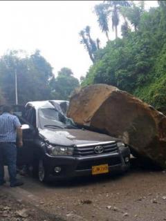 Imagen del momento en que la piedra gigantesca cae sobre una camioneta, en la vía Bogotá-Mesitas del Colegio