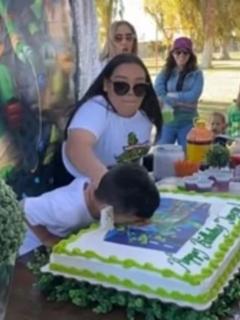 Capturas de pantalla de video viral de niño que explota y golpea a su tía por broma con pastel de cumpleaños