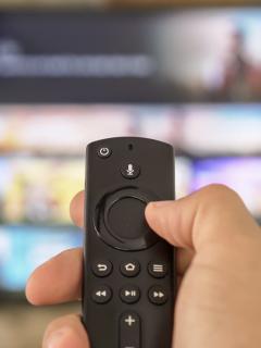 Televisor inteligente con control remoto, ilustra los peligros de un Smart TV.