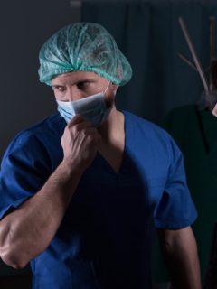 Doctor con mujer en sala de autopsia, ilustra nota de hombre declarado muerto da señales de vida en autopsia, en India
