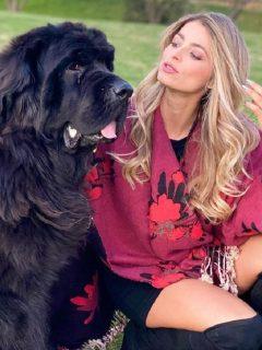 La modelo Cristina Hurtado se despidió de su perrito Odín, que falleció por diabetes.
