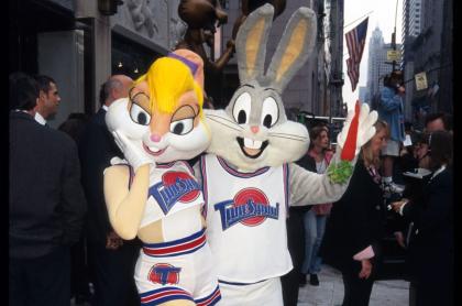 Persona disfrazada de Lola Bunny, personaje que divide opiniones por como es representada en secuela de 'Space Jam'.