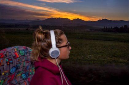 Imagen de una viajera en bus, que ilustra aumento en venta digital de tiquetes para Semana Santa