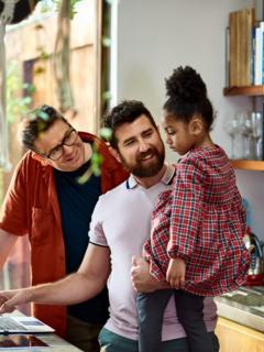 Pareja homosexual con hija, ilustra nota de mayor agencia cristiana de adopción en EEUU permitirá que parejas gays adopten