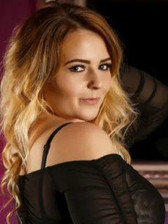 Laura Pomroy quiso seducir a su novio y sin querer terminó desnudándose para sus amigos debido a que estaba realizando una transmisión en vivo.