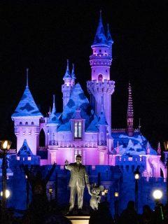 Vista general de la estatua de Walt Disney y Mickey Mouse frente al Castillo de la Bella Durmiente en el Parque Disneyland, que reabrirá en abril junto a otros parques temáticos de California, Estados Unidos.
