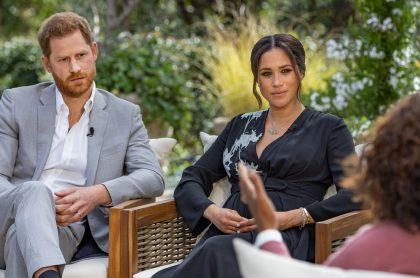 Meghan Markle y el príncipe Harry en la entrevista con Oprah Winfrey, en la que la princesa acusó a la familia real británica de estar preocupada por cuán oscura sería la piel de su hijo