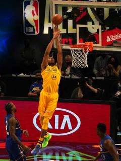 Giannis Antetokounmpo (uniforme amarillo), del equipo LeBron James, durante el 70 ° Juego de las Estrellas de la NBA (All Star 2021) en State Farm Arena en Atlanta, Georgia, el 7 de marzo de 2021. El partido fue ganado por el Team LeBron ante el equipo de Kevin Durant.