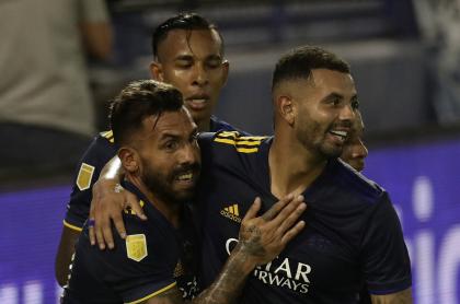 Jugadores de Boca Juniors Edwin Cardona, Sebastián Villa y Carlos Tévez ilustran nota de video de los goles de los colombianos en la victoria 7 -1 contra Vélez