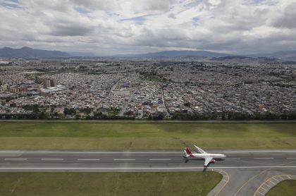 Avión de Avianca en el aeropuerto El Dorado, de Bogotá, ilustra nota sobre vuelos humanitarios desde Bogotá hacia Leticia