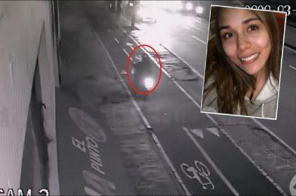 Imagen de cuando el motociclista paró en el sitio y vio a Ana María Castro malherida en el piso