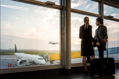 Imagen de pareja esperando abordaje de avión, a propósito de reglas para poder viajar a España