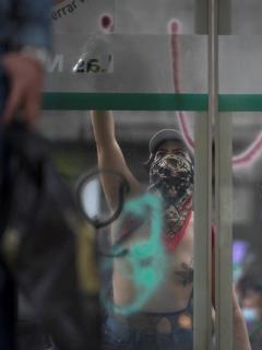 Mujer que atentó contra la infraestructura de Transmilenio en las marchas del 08 de marzo.