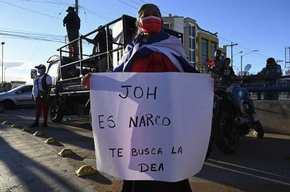 Estados Unidos acusa a presidente hondureño de tráfico de cocaína. Mujer acusa a Juan Orlando Hernández de ser narcotraficante, en Tegucigalpa, marzo 3, 2021.