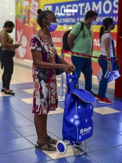 Imagen de fila de personas en centro comercial ilustra artículo Unicef se quejó de que se abrieron los centros comerciales y no las escuelas