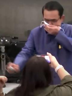 Captura de pantal del video del primer ministro tailandés Chan-ocha rocía desinfectante a periodistas