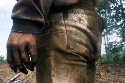 Medicina Legal examina si hubo niños muertos en bombardeo de Guaviare. Bombardeo a estructura petrolera, 2002, imagen de referencia.
