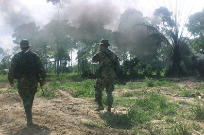 """Críticas a Diego Molano por calificar niños reclutados como """"máquinas de guerra"""". Soldados colombianos atacando el Eln en Arauca, 2002. Foto de referencia."""