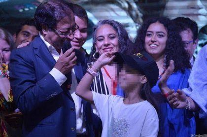 Gustavo Petro y una de sus hijas menores, que debe ser indemnizada por chuzadas