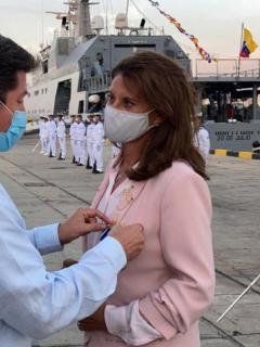 Marta Lucía Ramírez, que sufrió una caída en Cartagena, fue condecorada por el ministro de Defensa