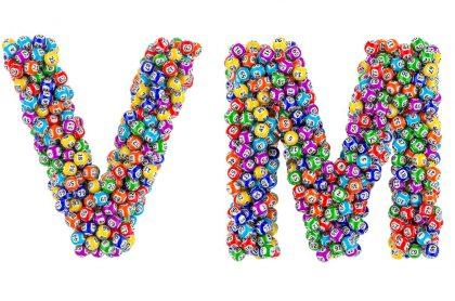 Balotas en forma de V y M ilustran nota sobre resultados de las loterías de Valle, Meta y Manizales del 10 de marzo y premios.