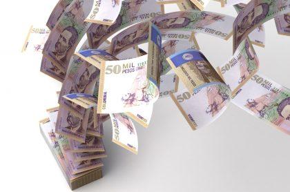 Fajo de billetes de 50 mil pesos colombianos, ilustra nota sobre resultados del chance millonario, Culona, Caribeña y otros chances del 10 de marzo.