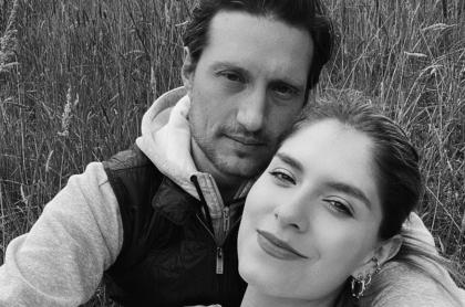 Álvaro Rodríguez y Laura Tobón, pareja que celebró cuatro años de matrimonio con creativa sorpresa.