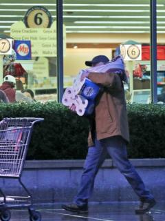 Hombre sale de supermercado con rollos de papel higiénico, ilustra nota de 3 años de cárcel para ladrones que robaron 600 rollos de papel higiénico