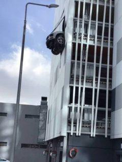 Captura de pantalla de foto de Porsche que atraviesa pared de parqueadero y queda colgado en el aire, en Moscú