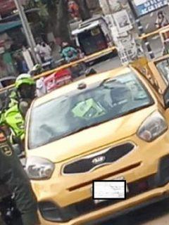 La Policía Metropolitana de Medellín informó que un taxista fue sorprendido con un gran cargamento de explosivos en la comuna 13.
