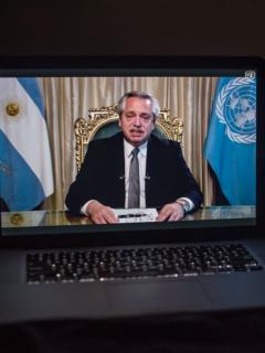Alberto Fernández, presidente de Argentina, ilustra nota de video de lanzan piedras contra camioneta en la que iba presidente de Argentina