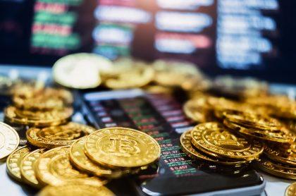 Imagen de referencia de monedas con el símbolo del bitcóin, criptomoneda que superó por primera vez los 60.000 dólares.