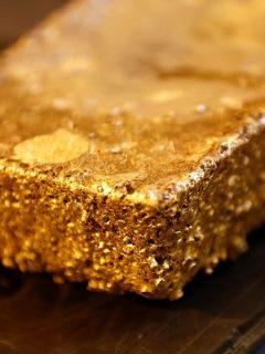 Lingote de oro, ilustra nota de video de  locura en el Congo al encontrar una montaña completa de oro