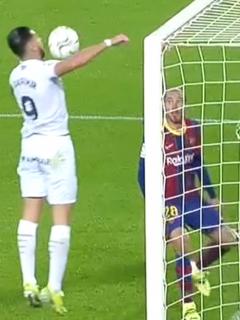 Jugador del Huesca quiso marcar gol de hombro al Barcelona y acabó en ridículo.
