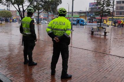 Policías de Bogotá ilustran nota sobre nueva forma de requisar en la capital