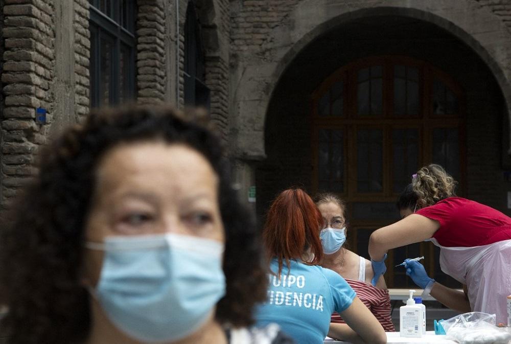 Chile está entre las calles vacías por cuarentena y los sitios de vacunación llenos de gente.
