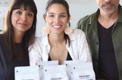 Colombiana vende café a Google, Facebook y Twitter. Foto de María José Palacio con su café Progeny y su familia.