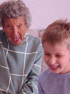 Julia Fulkeman, que tiene 102 años de edad, se coló en clase virtual de su bisnieto en Estados Unidos y causó furor en las redes sociales.