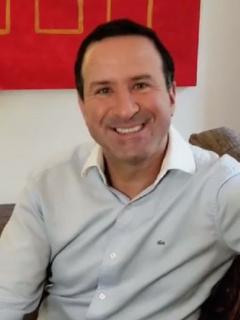 Felipe Arias, presentador de Noticias RCN, invitó a las personas que tienen una entrada económica a que ayuden a las familias afectadas por COVID-19.