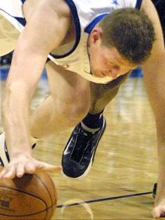 Shawn Bradley, exjugador de la NBA, quedó parapléjico por accidente en bicicleta. Imagen del exdeportista