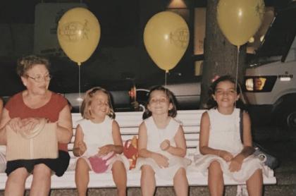 Nietas crean tarjetas para que su abuela las recuerde, fotografía de abuela con sus nietas.