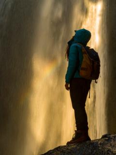 Mujer en cascada, ilustra nota de Por tomarse una selfi, joven se resbaló y cayó al vacío junto a amigo, en Brasil