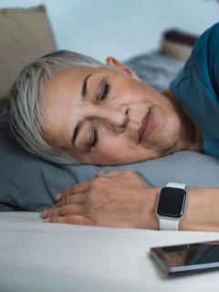 Mujer durmiendo en la cama, a propósito del Día Internacional del Sueño
