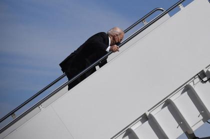 Caída del presidente Joe Biden subiendo al avión presidencial.