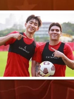 Juan Fernando Quintero en el Shenzhen de China con su compañero.
