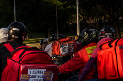 Imagen que ilustra la prohibición para domiciliario en moto.