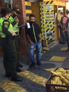 Multan a vendedor ambulante que ofrecía bananos en Pereira.
